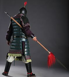 Tang cavalry man in full lamellar armor. Lamellar aventail and pauldrons, bracers for the archers, and riding boots. The plumes for the elite imperial guards would sometimes display elaborate peacock feathers or elaborate effigies of fowls with extended wings.