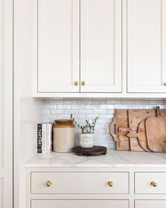 Kitchen Redo, New Kitchen, Kitchen Remodel, Cream Kitchen Cabinets, Kitchen Staging, Natural Kitchen, Wood Cabinet Kitchen, Kitchen With Plants, Swedish Kitchen