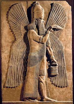Un genio alado protector. En una postura mágica, este espíritu protector representado en un  relieve del palacio de Nimrud sujeta un cono de cedro en una mano y sostiene un cubo en la otra. Siglo IX A.C. Museo del Louvre (París)