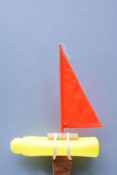 Flessenboot: lege flacon, kruk, elastiekjes, cocktailprikker, lapje stof, plas water