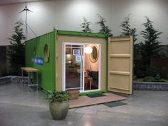ShelterKraft: reciclado de contenedores para conseguir casas. ShelterKraft Works es una compañía de Seattle que está especializada en la construcción de viviendas a partir del reciclado de contenedores de carga. Señalamos los modelos de su catálogo, utilizando tanto módulos de 20 como de 40 pies, todos ellos bien aislados, y con la posibilidad de que el cliente pueda personalizarlos. #CasasPrefabricadas, #Contenedores, #Sostenibilidad, #Videos