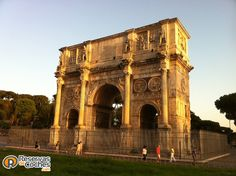 Arco de Constantino, monumento que no te debes de perder en tu visita a Roma, está situado al lado del Coliseo  Italia.  Recorre Italia en coche con http://www.reservasdecoches.com/paises/alquiler-de-coches-italia/  #italia #roma #arcodeconstantino #viajes #foto #arcos #turismo