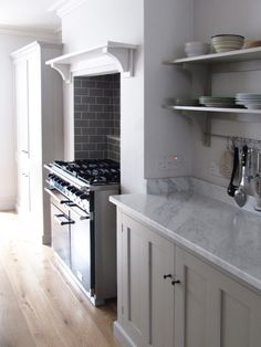 and serene This deVOL kitchen features beautiful Carrara marble worktops and is painted in 'Mushroom', we love it!This deVOL kitchen features beautiful Carrara marble worktops and is painted in 'Mushroom', we love it! Kitchen Chimney, Kitchen Stove, New Kitchen, Kitchen Decor, Kitchen Ideas, Range Cooker Kitchen, Kitchen Mantle, Kitchen Worktop, Awesome Kitchen
