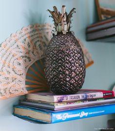 20-decoracao-sala-estar-estante-enfeite-abacaxi-prata