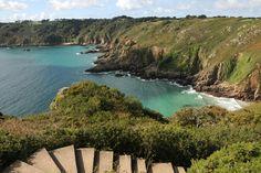 Die sonnige Kanalinsel Guernsey lädt Sie mit ihrem rund 60 km langen Küstenpfad zu einer abwechslungsreichen Wanderung ein. Endlose Strände, schroffe Klippen, sanfte Hügel und tosende Gischt – machen Sie sich auf den Weg, alle Seiten der Insel kennenzulernen