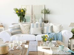 Con esencia mediterránea Hamptons Decor, The Hamptons, Estilo Hampton, Living Room Decor, Living Spaces, Amazing Spaces, Pattern And Decoration, Love Seat, Sweet Home