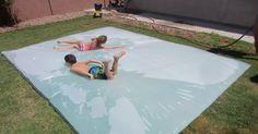 Diese Mutter macht aus einer ganz einfachen Plastikfolie den größten Sommerspaß für ihre Kinder.