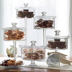 Pedestal Candy Jars Apothecary jars filled with chocolates! Great idea for a candy bar ( weddings, weddings)Apothecary jars filled with chocolates! Great idea for a candy bar ( weddings, weddings) Glass Containers, Glass Jars, Mason Jars, Glass Sweet Jars, Glass Dishes, Clear Glass, Apothecary Jars Decor, Dessert In A Jar, Dessert Buffet