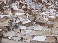 【ペルー】マラス塩田。アンデス山脈の標高3300m、マラス村にある棚田塩田。インカ帝国時代から続く世界的に珍しい「天空の塩田」です。谷の急斜面に築かれた3000枚の棚田では、インカ伝統の天日塩製法による製塩業が営まれています。