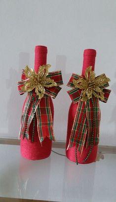 Conjunto de garrafa decoradas com tema natalino, tudo feito artesanalmente. Wine Bottle Art, Diy Bottle, Wine Bottle Crafts, Mason Jar Crafts, Christmas Centerpieces, Xmas Decorations, Christmas Projects, Holiday Crafts, Diy Christmas