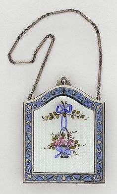 American Young Girl's Vanity Bag - 1925 - Sterling silver - The Los Angeles County Museum of Art - Mlle Vintage Purses, Vintage Bags, Vintage Handbags, Vintage Items, Vintage Outfits, Girls Vanity, Vanity Bag, Lipstick Case, Vintage Trends