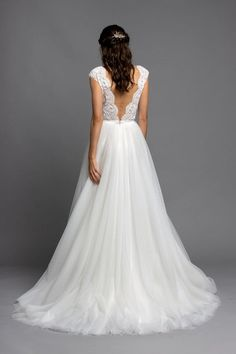 Unser Brautkleid Wisteria gehört zu den Lieblingen unserer Bräute, was nicht weiter verwunderlich ist. Durch das mit Swarovski Perlen verzierte Oberteil und dem aufregenden V-Ausschnitt vorne und hinten ist es einfach nur atemberaubend. Der Rock mit Pünktchentüll lasst das Ensemble verspielter wirken. Diesmal haben wir es in weiß angefertigt, aber wenn du etwas Farbe möchtest, schau dir auch unsere Blush Version an. Lace Wedding, Wedding Dresses, Swarovski, Formal Dresses, Fashion, Wedding Dress Lace, Dress Wedding, Colour, Simple