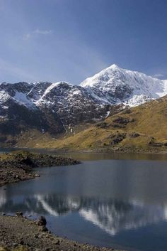 Mount Snowdon, Snowdonia 27 Places You Won't Believe Are In Wales Wales Snowdonia, Snowdonia National Park, Visit Wales, Voyage Europe, North Wales, Wales Uk, Places Of Interest, British Isles, Beautiful Landscapes