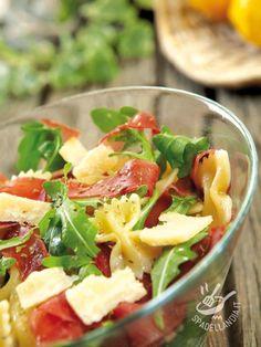 Pasta salad with rocket and bresaola - L'Insalata di pasta con rucola e bresaola è un vero piatto unico che comprende carboidrati, proteine e apporta vitamine in quantità! Sano e buono!