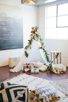 Cute Boho Baby Shower Ideas - Cool Bohemian Decor Theme Niedliche Boho-Babyparty-Ideen - cooles böhmisches Dekor-Thema Source by . Boho Baby Shower, Baby Shower Elegante, Fiesta Baby Shower, Shower Bebe, Gender Neutral Baby Shower, Baby Boy Shower, Baby Shower Gifts, Bohemian Baby Showers, Baby Shower Chair