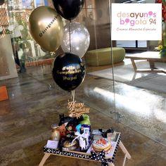 Bee Drawing, Ideas Para Fiestas, Ballon, Yuri, Christmas Bulbs, Blazer, Table Decorations, Marketing, Lettering