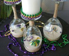 Mardi Gras à l'envers-bougeoirs en verre de vin ensemble. Cet ensemble comprend 3 bougeoirs et 3 bougies. A l'intérieur des verres sont une variété de coquillages peints dans le thème de Mardi Gras et quelques perles. Bougies ont une bordure de perle de Mardi Gras. Bougeoirs bougies