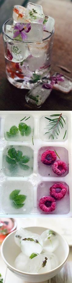Des cubes de glace avec des fleurs dedans
