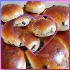 Puha csokis és mazsolás zsemlék | Betty hobbi konyhája Croissant Bread, Cakes And More, Cake Cookies, Hot Dog Buns, Bagel, Sweet Recipes, Cookie Recipes, Breakfast Recipes, Food And Drink