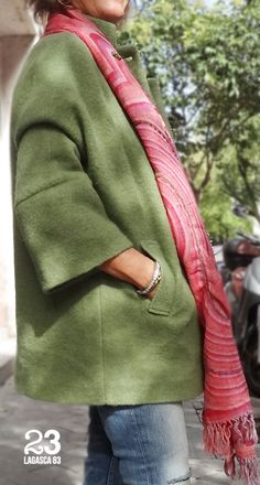 Abrigo verde de lana 100% y fular de lana colores vivos para un cálido invierno de #23CB. www.facebook.com/23CBCristinaBarrilero