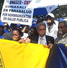 Médicos, enfermeras y bioanalistas en vigilia 'muda' frente al Palacio   Barriga Verde