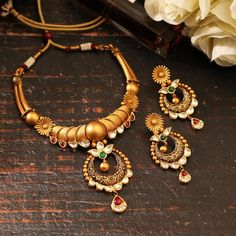 Real Gold Jewelry, Gold Jewelry Simple, Gold Earrings Designs, Gold Jewellery Design, Jewelry Patterns, Necklace Set, South India, Gold Necklaces, Gold Bangles