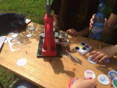 Dzieci przygotowują przypinki z logo KREDYTÓW-Chwilówek