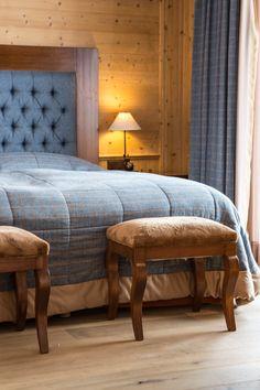 Hôtel Chalet Royalp and Spa. Les 63 chambres & suites ainsi que les 30 appartements vous invitent à la détente en famille ou entre amis. Véritables lieux de vie où le luxe et le style se conjuguent avec l'espace, les chambres et appartements offrent confort et sérénité. Hotel Chalet, Suites, Ainsi, Bed, Furniture, Home Decor, Style, Apartments, Bedrooms