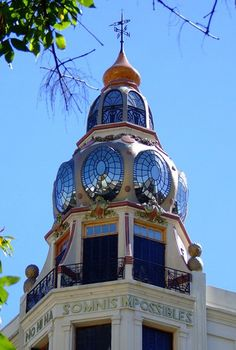 """Cupula del edificio de Av. Rivadavia y Ayacucho (influencia gaudiana), y su famosa frase  """"Non hi ha somnis impossibles"""".-"""