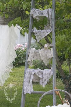 make your own orchard ladder Old Ladder, Vintage Ladder, Vintage Linen, Vintage Laundry, Linens And Lace, Clothes Line, Ladder Decor, Ladder Display, Leather And Lace