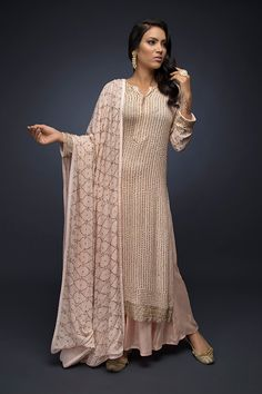 Looks to get Hook Of - AwesomeLifestyleFashion As glitter as it could be What a glamorous and beautiful look for a co. Pakistani Dress Design, Pakistani Outfits, Indian Outfits, Dress Indian Style, Indian Dresses, Indian Designer Suits, Kurti Designs Party Wear, Party Wear Dresses, Indian Attire