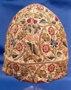 gentleman's nightcap ca. with silks & silver gilt thread embroidery of roses, strawberries and other plants cover the cap Shakespeare Birthplace Trust Tudor History, British History, Historical Costume, Historical Clothing, Renaissance, Tudor Monarchs, Tudor Fashion, Tudor Dynasty, Plant Covers