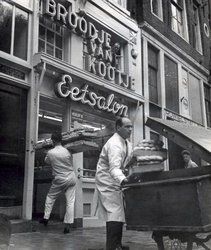 Baker delivers a supply of rolls to sandwich shop Broodje van Kootje at the Leidseplein in Amsterdam. Amsterdam Holland, New Amsterdam, Amsterdam Photography, Street Photography, Utrecht, Rotterdam, Old Photos, Vintage Photos, Old Cameras