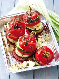 Gemüsetürmchen mit Tomate, Zucchini, Aubergine, Zwiebel und Feta