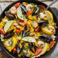 Die Pflicht für spanische Paella: Feiner Reis, Safran und Olivenöl. Unsere Kür: Muscheln, Shrimps und zartes Hähnchenfleisch. Das musst du probieren!