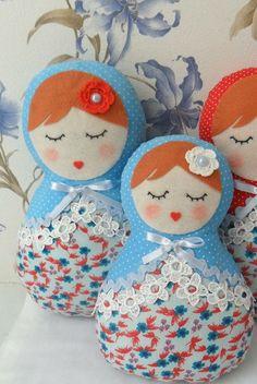 Par de bonecas russas, Matrioskas também conhecidas como Mamuskas.  Confeccionadas em dois tecidos de algodão, floral e poá, com detalhes em feltro, guipir, fitas de cetim e flores de crochê.    Ideais para decorar quartos, chá de bebê ou de fraldas, aniversários e outras festas com o tema.    Tamanhos:  Boneca G - 30 cm  Boneca M - 25 cm R$ 100,00