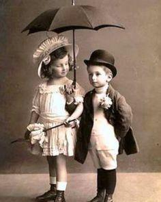 Vintage photo of children with Hats, Umbrella and Parasol. Vintage Kids Fashion, Vintage Children Photos, Images Vintage, Photo Vintage, Vintage Pictures, Vintage Cards, Old Pictures, Vintage Postcards, Old Photos
