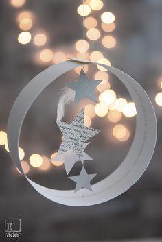 Sternenhimmel von räder.  Papierring mit Heißsiegelung, darin aufgehängte Papiersterne und echte Federn.