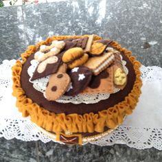 scatola di latta rivestita in feltro con decorazioni a forma di biscotto, by FANTASY WORK, 34,00 € su misshobby.com