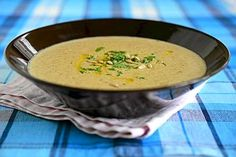 Sillloin kun ei ole tuoreita sieniä saatavilla, niin kuivatuista voi valmistaa myös maukkaan suppilovahverokeiton. Mushroom Recipes, Mushroom Food, Cheeseburger Chowder, Soup Recipes, Stuffed Mushrooms, Curry, Lunch Box, Food And Drink, Fruit
