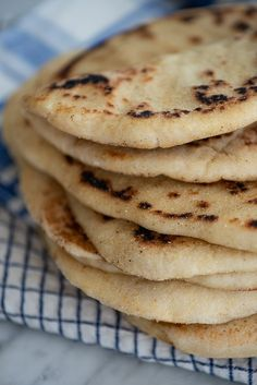 Græske pitabrød: opskrift på nemme fladbrød | Marinas mad Recipies, Food And Drink, Easy Meals, Menu, Snacks, Dessert, Breakfast, Ethnic Recipes, Is