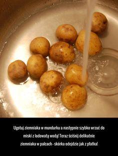 Ugotuj ziemniaka w mundurku a następnie szybko wrzuć do miski z lodowatą wodą! Teraz ściśnij delikatnie ziemniaka w palcach – ... Good Advice, Finger Foods, Life Hacks, Recipies, Food And Drink, Keto, Soda, Good Things, Fruit