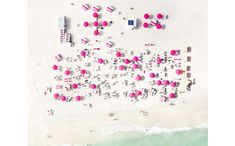 夏の記憶を呼び起こす、空からビーチを捉えた写真シリーズ
