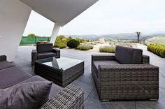 Venkovní sezení je příjemně stíněné velkým přesahem střechy, který rovněž zabraňuje přehřívání domu.