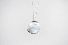 OMA - Colgante de plata de ley con textura hecha a mano, de estilo minimalista.