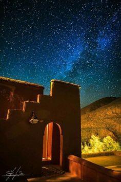 Ouarzazate por noche Marruecos / Ouarzazat también conocida como La puerta del desierto, es una ciudad del sur de Marruecos. Capital de la provincia homónima, que a su vez forma parte de la región de Sus-Masa-Draa.