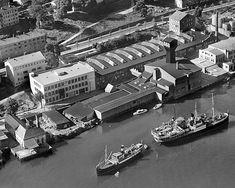Bergen Blikktrykkeri i 1958, med det karakteristiske tårnet. Den eldste fabrikkbygningen sees godt med sine gode overlysvinduer og store fasadevinduer som ga arbeiderne et godt arbeidsmiljø.
