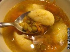 Mrkvová polievka s hráškom a knedličkami