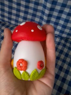 Casquinha de ovos (plastico)decoradas com biscuit!pode ser feita na cor desejada...elas vem vazias para voce encher com o que preferir...amendoim,jujuba ou chocolate...ÓTIMA LEMBRANCINHA PARA PÁSCOA!!!! R$ 5,00