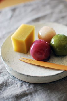 Triad colour scheme: Japanese sweets, jelly balls and imo (sweet potato) yokan… Japanese Treats, Japanese Candy, Japanese Food, Asian Desserts, Sweet Desserts, Dessert Recipes, Cute Food, Yummy Food, Japanese Wagashi